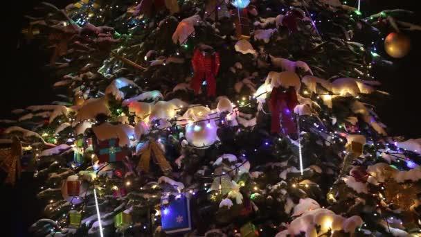 Vista del primo piano dellalbero di Natale decorato con neve, regali e colorata ghirlanda