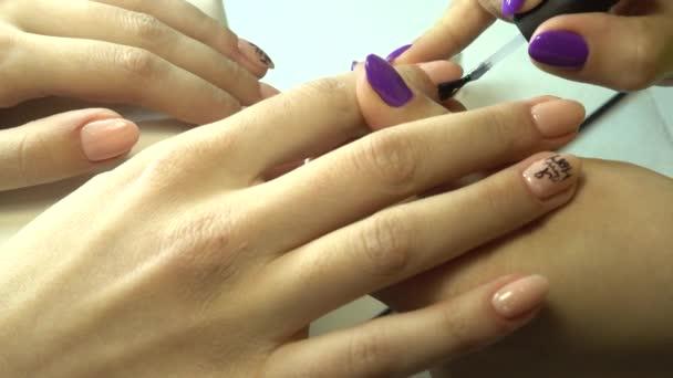 Mistr manikúry dělá manikúru v salonu krásy