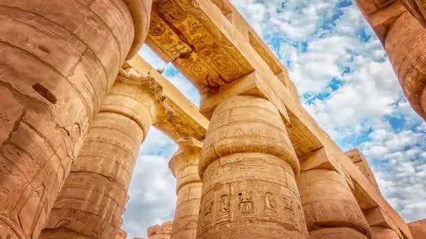 Veliká Hypostylka a mraky v chrámu Karnaku, staří Thébové. Luxor, Egypt
