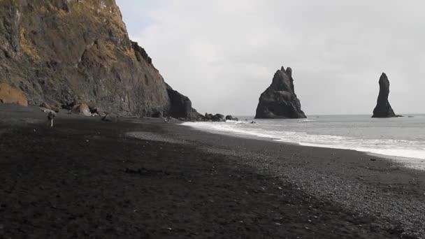 Fekete homokos strand, a Dyrholaey, Vik Reynisfjara strand közelében Izland. Sziklák és sziklák, ocean Beach. Egy népszerű kirándulóhely Izland partjaitól délre.