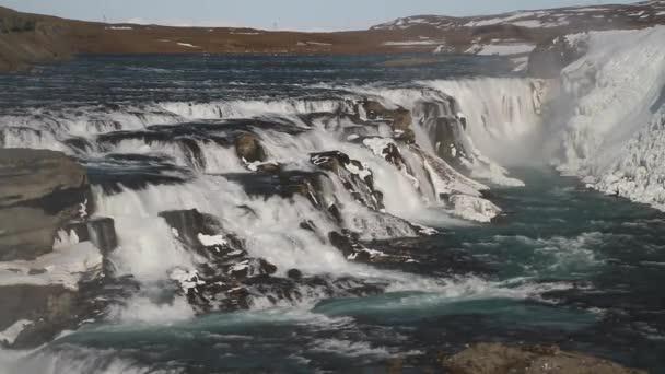 Gullfoss vodopád pohled a zimní krajina obrázek v zimní sezóně. Gullfoss je jedním z nejpopulárnějších vodopády Islandu a turistické atrakce v kaňonu řeky Hvita Island