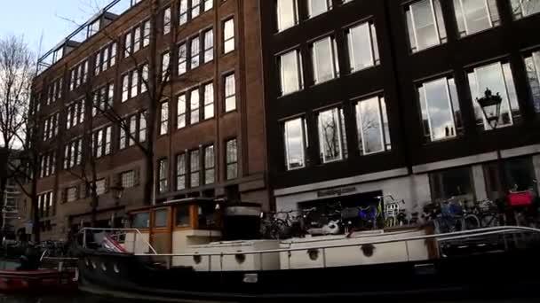 Pohled na Amsterdam, Nizozemsko. Krásné, útulné a staré budovy, kanály a ulice. Holandska architektura a holandský styl.