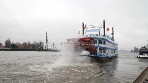 Blick über Hamburg, alten historischen deutschen Stadt. Frachtschiffe auf Elbe, alten Docks und Gebäude am Hafen.
