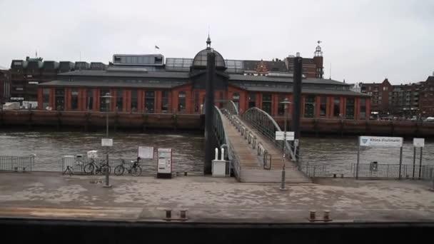 Hamburg, régi történelmi német város látképe. Elba, a régi dokkok és épületek kikötő hajók.
