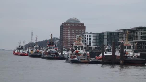 Blick auf Hamburg, alte historische deutsche Stadt. Frachtschiffe auf der Elb, alte Docks und Gebäude im Hafen.