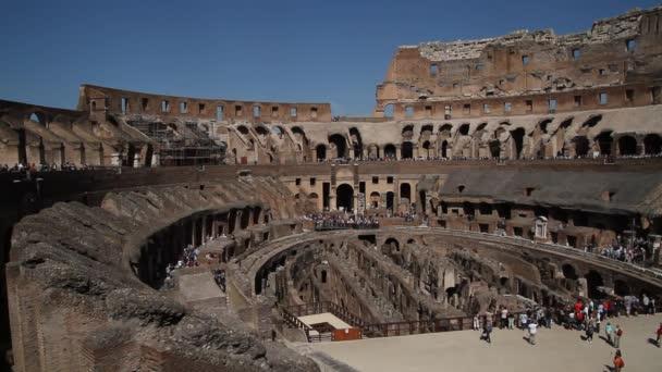 Pohled na Koloseum v Římě, Itálie. Římská architektura a památky. Staré a slavné atrakcí Říma a Itálie.