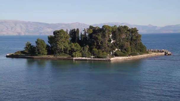 Blick auf Korfu (Kerkyra). kerkyra - Hauptstadt der Insel Korfu, Griechenland. panagia vlacherna und die insel pontikonissi (mausinsel) bei kanoni, korfu.