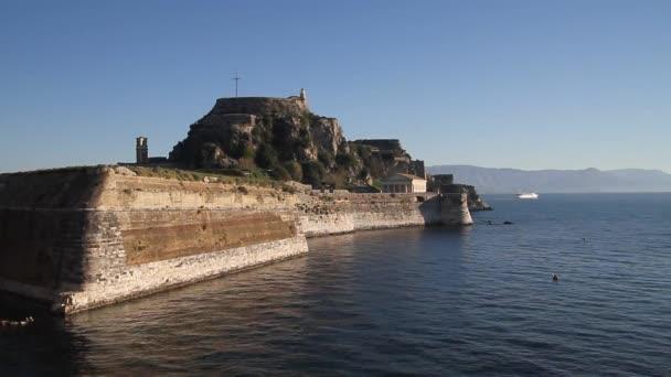 Blick auf Korfu (Kerkyra). Kerkyra - Hauptstadt der Insel Korfu, Griechenland. Panagia Vlacherna und die Insel Pontikonissi (Maus-Insel) in der Nähe von Kanoni, Corfu.