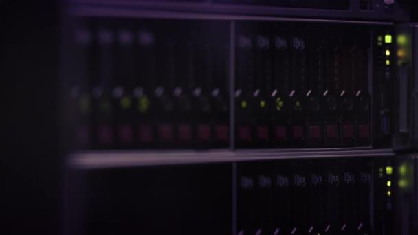 moderne High-Tech-Hardware für das Internet-Rechenzentrum. Rack mit Netzwerk- und Server-Hardware.