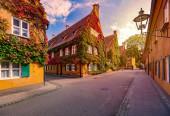 Fotografie Die Fuggerei ist der älteste noch genutzte Sozialwohnungskomplex der Welt. Es ist eine ummauerte Enklave innerhalb der Stadt Augsburg, Bayern, Deutschland