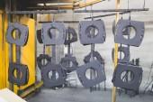 Innenausstattung der Metallurgie-Industrie. Details aus der Fabrik für die Produktion von schweren Pelletöfen und Heizkesseln. Branche für Malerei.