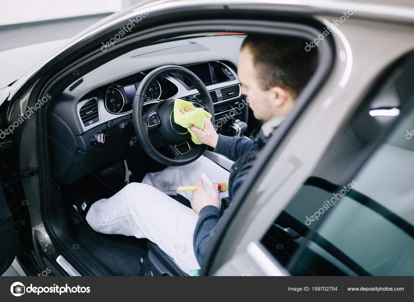 man auto interieur schoonmaken auto detaillering valeting concept stockfoto