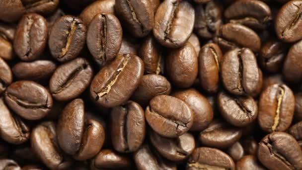 Detailní záběr na rotující kávová zrna. Žádný zvuk