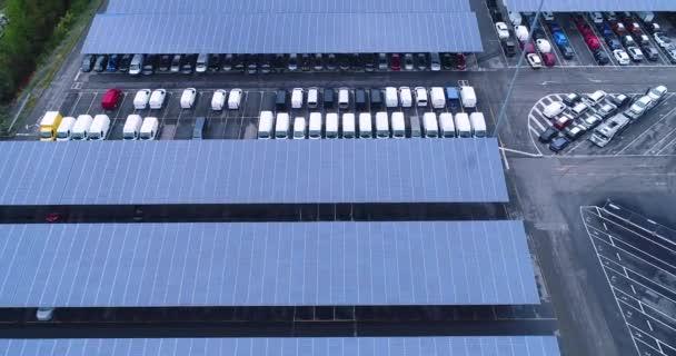 Letecký pohled na parkoviště se solárními panely