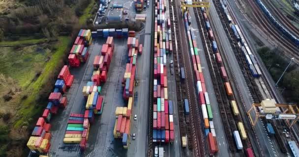 nádraží s nákladní vlaky a kontejnerů v letecké zobrazení
