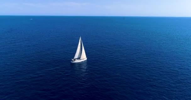 Cliff na španělském pobřeží s lodí