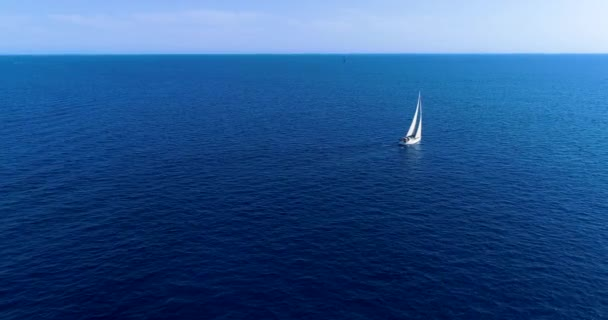 Cliff, a spanyol tengerparton hajóval