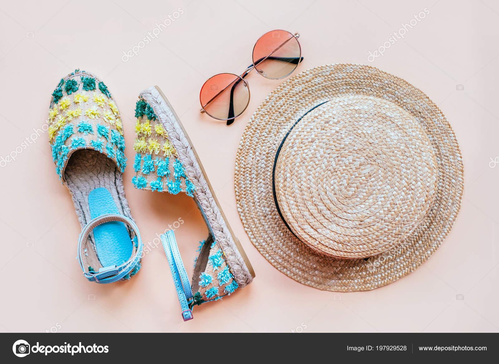 cc22c3838e Καλοκαίρι Μόδα Flatlay Εσπαντρίγιες Πέδιλα Ντεγκραντέ Στρογγυλά Γυαλιά  Ηλίου Και– εικόνα αρχείου