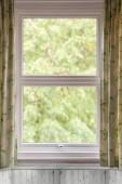 Okno s otevřenou záclony