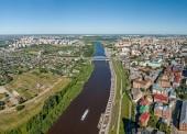 Město Ťumeň, nábřeží řeky Tura, Ruska, ruského textu - Ťumeň. Letecká fotografie