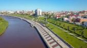 Město Ťumeň, nábřeží řeky Tura, Čeljuskinciv automobil Bridge. Rusko, Text v ruštině - 432 Ťumeň, od Dron