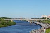 Město Ťumeň, nábřeží řeky Tura, Čeljuskinciv automobil Bridge. Rusko