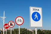 Nápisy na mostu milenců. Město Tyumen, Rusko. Text v ruštině - oblast