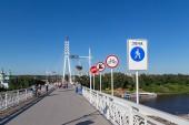 Rusko, Ťumeň - 15 července 2018: Podepisuje na mostu milenců. Město Tyumen, Rusko