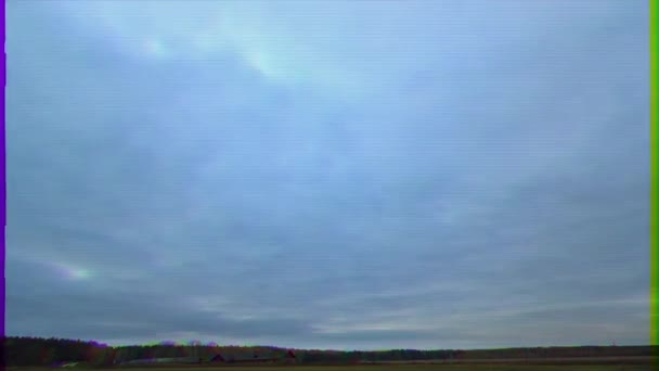 Glitch-Effekt. Wolken über dem Feld. Zeitraffer. Video. ultrahd (4k))