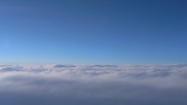 Pohled na tmavě modrý nebe na obzoru, ve vzduchu. zobrazení z okna letadla