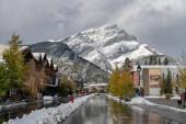 Banff, Alberta, Kanada - OCT 14 2020: Pohled na ulici Banff Avenue na podzim a v zimě sněhová sezóna slunečný den v období pandemie covid-19.