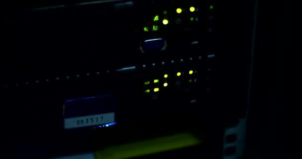 Supercomputer mit Kabeln und Lampen
