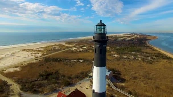 Leuchtturm aus der Sicht einer Drohne an einem sonnigen Tag