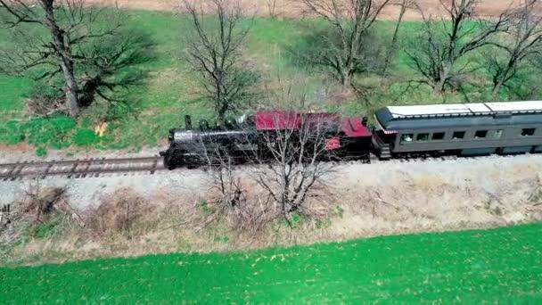 Strasburg, Pensylvánie, duben 2018-letecký pohled na parní vlak Amish farmlands, viděné Drone