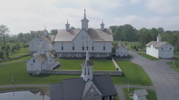Letecký pohled na staré obnovené Barny za jarní den