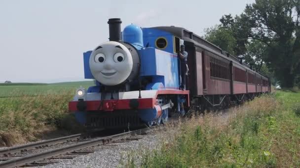 Lancaster, Pensylvánie, červen 2019-Thomas vlak na Pennsylvánskou krajinu za letního dne