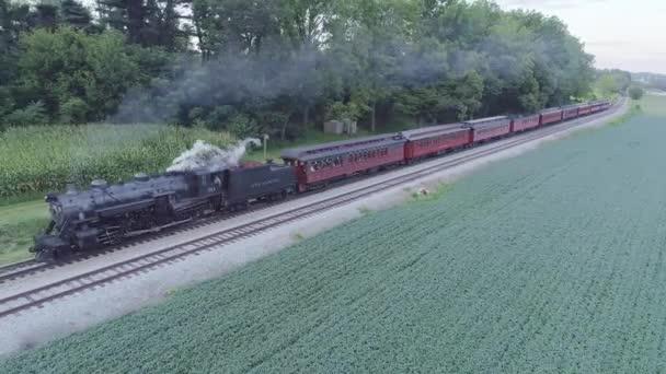 Strasburg, Pensylvánie, srpen 2019 - Letecký pohled na přibližující se parní osobní vlak v zimním slunovratu