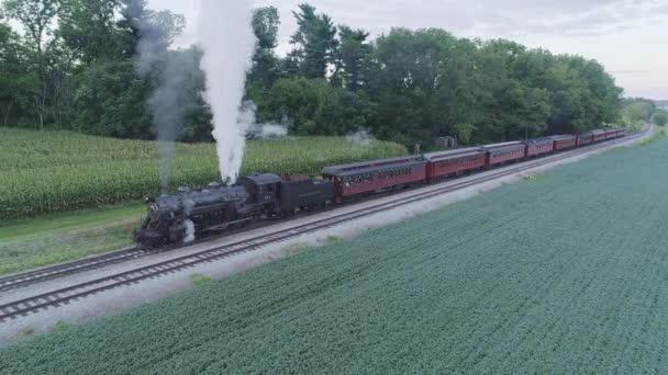 Strasburg, Pensylvánie, srpen 2019 - Letecký pohled na parní osobní vlak, který čeká na nádraží v Amišském kraji na letní den