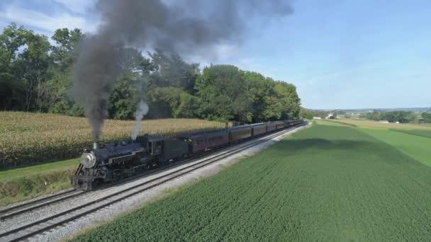 Strasburg, Pensylvánie, srpen 2019 - Letecký pohled na parní osobní vlak odjíždějící z vlakového nádraží na Amišském venkově v letní den