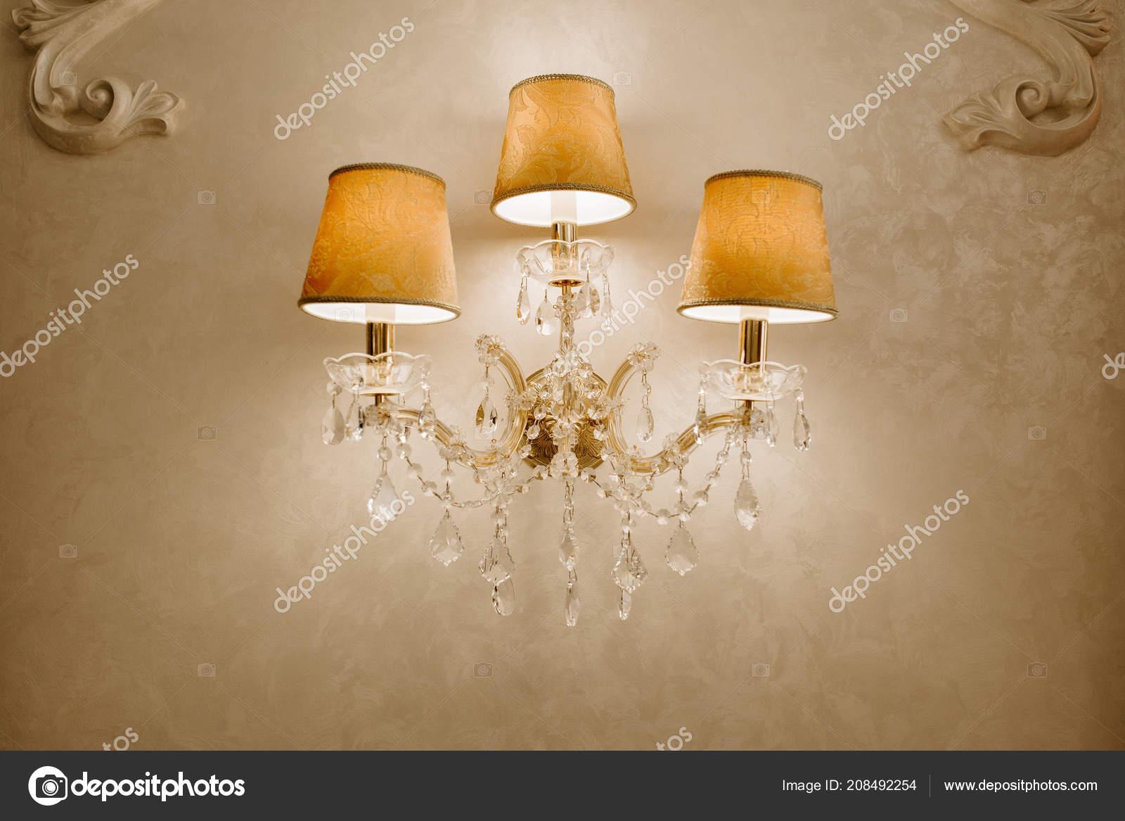 Kronleuchter Wand ~ Foto von vintage kristall kronleuchter im restaurant lampe an der