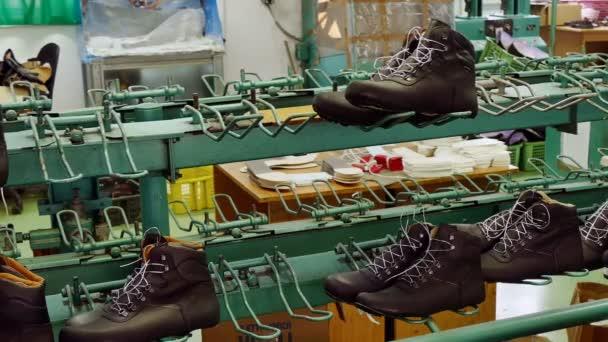 timeless design c8d66 25ae4 Scarpe sul nastro trasportatore / linea di produzione per l'incollaggio  scarpe nella fabbrica di calzature