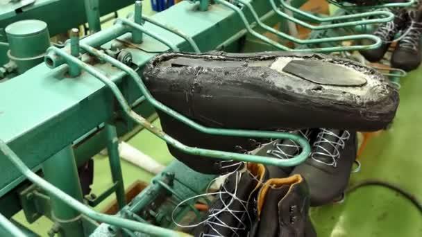 designer fashion a0a83 19030 Operaio in una fabbrica di scarpe / linea di produzione per l'incollaggio  scarpe nella fabbrica di calzature