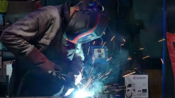 Průmyslové svařování/svařování ocelových dílů v kovovém průmyslu
