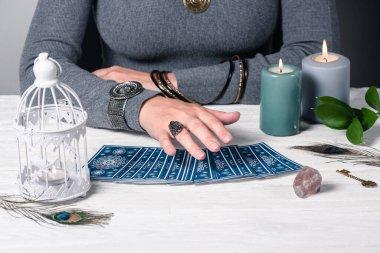 Falcı geleceği tarot kartlarıyla okuyor..