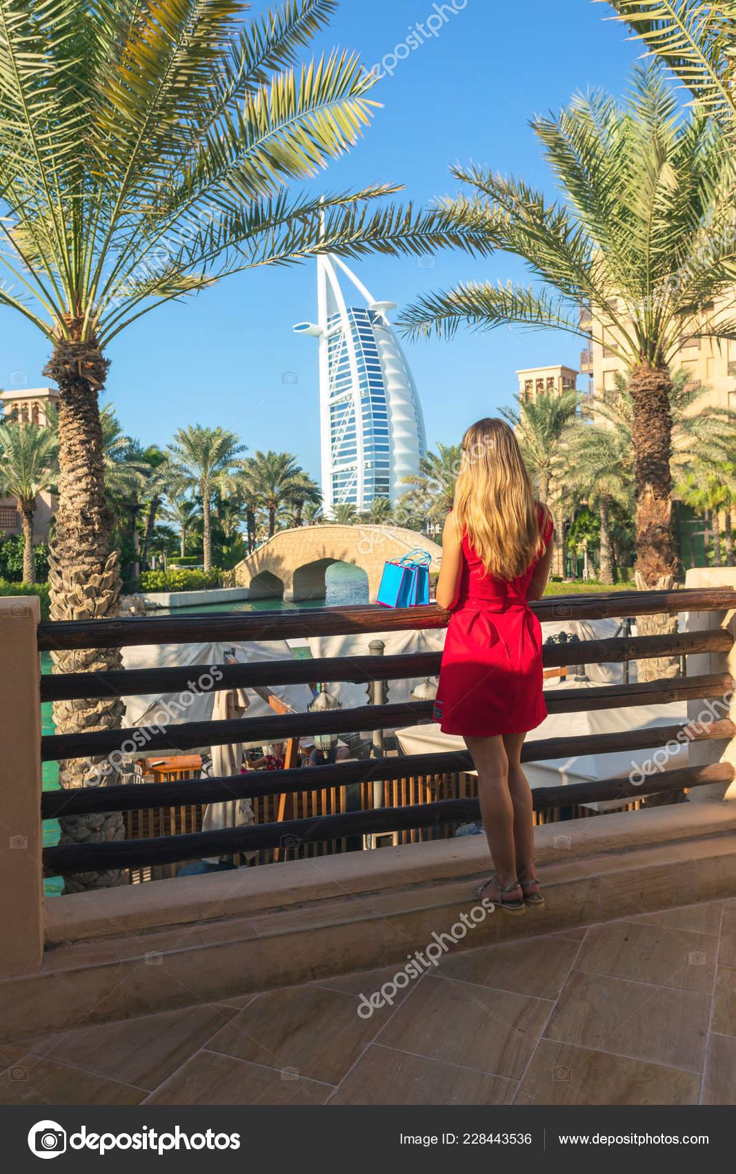 4d87aa86a1b910 Dubai Vereinigte Arabische Emirate November 2018 Gekleidete Junge Touristen  Frau — Stockfoto