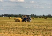 Zemědělství a traktor na farmě závod shromažďuje balíky slámy