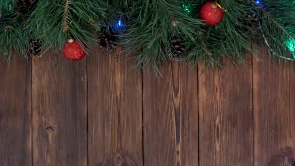 Dřevěný vánoční pozadí s vánoční koule a vánoční strom, místo pro nápis, novoroční svátky, kopírování prostor