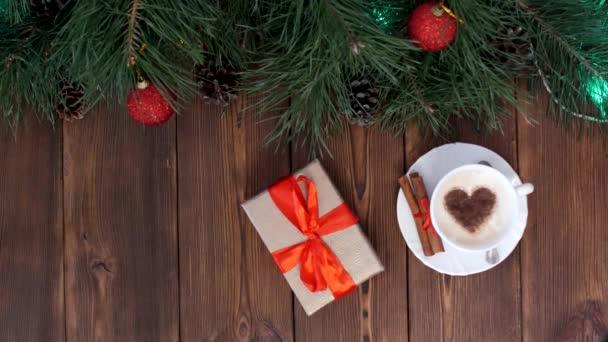Dřevěný vánoční pozadí s vánoční koule různých barev a vánoční stromeček, šálek kávy a novoroční dárek, místo pro nápis, novoroční svátky