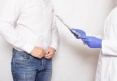 Sexualpsychologe führt ein Gespräch mit einem männlichen Patienten über sexuelle Probleme und die Steigerung des männlichen Geschlechtsorgans