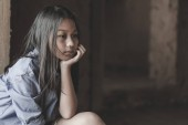 Portrét chudé holčičky Thajsko ztratil v hluboké myšlenky, chudoby, chudých dětí, válečných uprchlíků